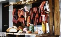 Swojska chata z lokalnymi wyrobami